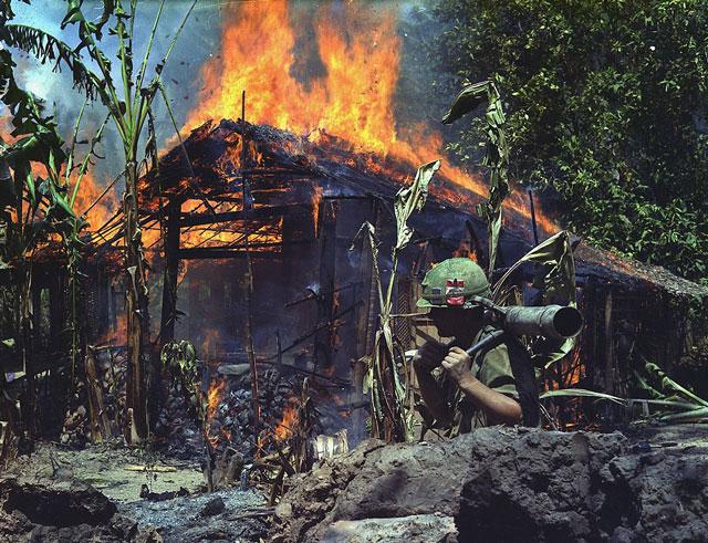 guerra vietnam - destrucción base del vietcong